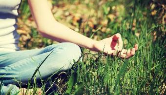 <p style=text-align: justify;>La<strong> meditación</strong> es una técnica de relajación que ayuda a muchas personas a encontrar el bienestar tanto físico como mental. Son cada vez más los que optan por este recurso para mejorar su calidad de vida. Sin embargo, existen muchos <strong>mitos sobre los beneficios de la meditación</strong> debido a la falta de información que suele circular sobre el tema.A continuación, te contamos acerca de 7 beneficios te harán mirarla con buenos ojos.</p><p style=text-align: justify;></p><p><strong>Lee también</strong><br/><a style=color: #ff0000; text-decoration: none; title=8 estrategias para mejorar tu concentración en el estudio href=https://noticias.universia.net.co/en-portada/noticia/2012/12/21/990437/8-estrategias-mejorar-concentracion-estudio.html>» <strong>8 estrategias para mejorar tu concentración en el estudio</strong></a><br/><a style=color: #ff0000; text-decoration: none; title=Estudiar de noche: ¿es recomendable? href=https://noticias.universia.net.co/vida-universitaria/noticia/2014/03/12/1087430/estudiar-noche-es-recomendable.html>» <strong>Estudiar de noche: ¿es recomendable?</strong></a><br/><a style=color: #ff0000; text-decoration: none; title=10 consejos para estudiar en época de exámenes href=https://noticias.universia.net.co/en-portada/noticia/2014/07/15/1100675/10-consejos-estudiar-epoca-examenes.html>» <strong>10 consejos para estudiar en época de exámenes</strong></a> <br/><br/></p><p style=text-align: justify;></p><h4 style=text-align: justify;>1. La meditación reduce el estrés</h4><p style=text-align: justify;>El estrés tiene consecuencias negativas tanto para la vida laboral del trabajador como para la personal. Por esto, la meditación propone una técnica de respiración que contribuye a la relajación de todo el organismo por medio de sesiones de inhalación y exhalación profundas. .</p><p style=text-align: justify;></p><h4 style=text-align: justify;>2. Meditar ayuda a conocerse a uno mismo</h4><p style=tex