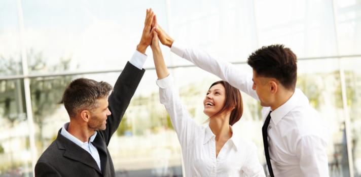 Rodearte de otros profesionales y buenos compañeros también te ayudará a estar más cerca de tus metas
