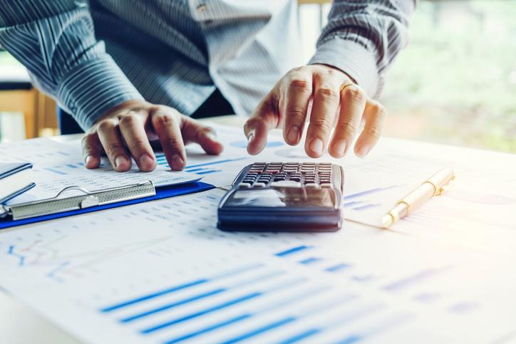 O mercado financeiro é um ambiente de compra e venda de valores mobiliários, câmbio e mercadorias.