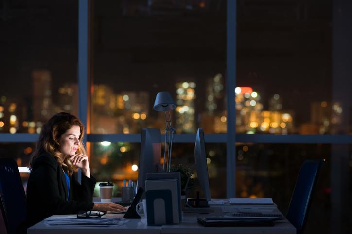 Geralmente, os alunos que estudam no período noturno, trabalham durante o dia.