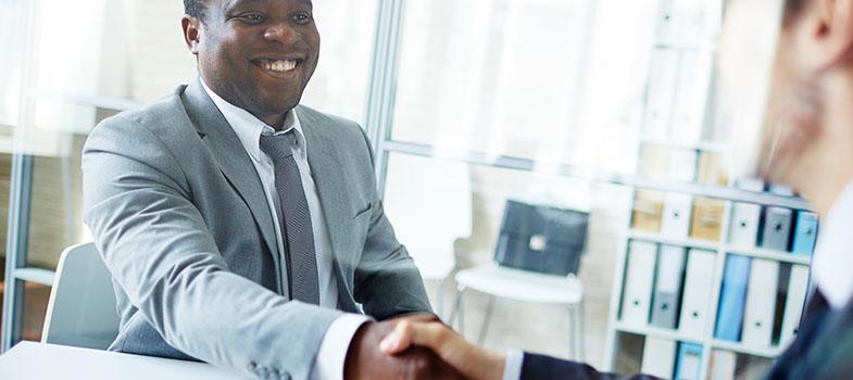 <p>Sabia que o recrutador não é a única pessoa que deve fazer as perguntas durante uma <a href=https://noticias.universia.pt/carreira/noticia/2016/02/05/1136112/5-objetos-essenciais-entrevistas-emprego.html title=5 objetos essenciais para entrevistas de emprego>entrevista de emprego</a>? Perguntar mais pormenores sobre a vaga pode ajudá-lo a conhecer melhor a empresa na qual deseja trabalhar e revelar que fez o seu trabalho de casa, pesquisando e sendo, por isso, o candidato mais bem preparado para a vaga. Estas são as <strong>3 questões que terá que fazer durante a entrevista de emprego</strong>:</p><p><span style=color: #333333;><strong>Leia também:</strong></span><br/><a href=https://noticias.universia.pt/noticias/pesquisa-avancada# title=https://noticias.universia.pt/noticias/pesquisa-avancada>» <strong>Todas as notícias sobre educação, carreira e emprego</strong></a></p><p><strong>1. Como é que é a cultura da empresa?</strong><br/> Conhecer a <a href=https://noticias.universia.pt/emprego/noticia/2014/10/01/1112411/3-aspetos-deve-observar-empresa.html title=3 aspetos que deve observar numa empresa>cultura da empresa</a>é uma forma de saber se realmente deseja trabalhar nesse ambiente e se está disposto a trabalhar para alcançar os objetivos dos seus superiores.</p><p><strong>2. Existe oportunidade de desenvolvimento profissional?</strong><br/> Esta pergunta revela que está disposto a crescer dentro da empresa, tornando-se grande conhecedor da área.</p><p><strong>3. Terei oportunidades de promoção?</strong><br/> Saber se terá hipóteses de ser promovido revela a sua determinação em trabalhar na empresa durante bastante tempo e isso vai certamente chamar a atenção do recrutador.</p>
