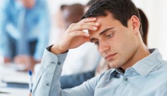 <p style=text-align: justify;>Pasar muchas horas con tus compañeros de trabajo puede tener consecuencias positivas, pero no hay que dejar de lado que las<strong> situaciones incómodas</strong> están a la orden del día y por ende, hay que saber cómo lidiar con ellas.<br/>Por eso, a continuación te damos una<strong> guía para que salgas airoso</strong> de estos momentos.</p><h4></h4><h4>1) Enfrentá la situación</h4><p style=text-align: justify;>Las cosas deben cortarse de raíz. Cuanto menos cargo te quieras hacer de la situación, peores serán las consecuencias. Mejor<strong> afrontalo</strong> y hacele saber a tus compañeros que aprenderás la lección y que esta situación no volverá a repetirse.</p><h4></h4><h4>2) Mostrate relajado</h4><p style=text-align: justify;>Aunque es probable que frente a una situación que te desborde te sientas nervioso, lo mejor que podés hacer es mostrarte relajado frente a los demás. De esta manera,<strong> le quitarás dramatismo al hecho</strong>.</p><h4></h4><h4>3) Dialogá</h4><p style=text-align: justify;>En caso de que no seas la única persona implicada, una buena idea consiste en dialogar con el resto e <strong>intentar buscar una solución</strong> o pedir disculpas en caso de que sea necesario.</p><h4></h4><h4>4) Pedí una reunión con tu jefe</h4><p style=text-align: justify;>Si ves que la situación no se soluciona hablando con el resto de tu equipo, es importante que pidas una reunión con tu jefe y le <strong>exijas una solución</strong>. Al fin y al cabo su rol consiste, entre otras cosas, en generar un buen ambiente de trabajo.</p><h3></h3><h3>¿Cómo reaccionar ante el mobbing?</h3><p style=text-align: justify;>Aunque la palabra no suene muy familiar, el mobbing es el <strong>acoso moral en los puestos de trabajo</strong>, y en caso de que suceda debe ser<strong> denunciado</strong>. ¿Cuándo se puede determinar que ocurre esto? Cuando los compañeros o superiores humillan a un compañero, limitan la información o atentan contra su inte