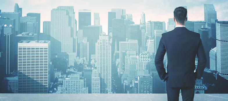 """Um estudo feito pela instituição norte-americana World Economic Forum chamado """"<a href=https://www3.weforum.org/docs/WEF_Future_of_Jobs.pdf title=Future of Jobs target=_blank>Future of Jobs</a>"""" (Futuro dos Empregos, em tradução livre), prevê que <strong>5 milhões de empregos deixarão de existir antes de 2020</strong>. A causa para isso seria a evolução da tecnologia. É previsto que a inteligência artificial, robôs e a nanotecnologia deem conta do trabalho de muita gente no futuro. <p><span style=color: #333333;><strong>Você pode ler também:</strong></span><br/><a href=https://noticias.universia.com.br/destaque/noticia/2016/05/05/1139104/animacao-profissao-futuro.html title=Animação: a profissão do futuro>» <strong>Animação: a profissão do futuro</strong></a><br/><a href=https://noticias.universia.com.br/carreira/noticia/2016/02/23/1136640/4-habilidades-essenciais-dar-bem-mundo-corporativo.html title=4 habilidades essenciais para se dar bem no mundo corporativo>» <strong>4 habilidades essenciais para se dar bem no mundo corporativo</strong></a><br/><a href=https://noticias.universia.com.br/educacao/noticia/2016/09/09/1143476/educacao-pode-mudar-mundo.html title=Como a educação pode mudar o mundo>» <strong>Como a educação pode mudar o mundo</strong></a></p><p>A boa notícia é que esses avanços na tecnologia criariam aproximadamente 2 milhões de vagas. A maioria desses trabalhos seria em <strong>áreas especializadas como computação, matemática, arquitetura e engenharia</strong>.</p><p><strong>Novas habilidades para novas economias</strong><br/> Então, quais habilidades devem ser adquiridas para não ficar de fora dessa verdadeira revolução econômica? Talvez não seja o que a maioria espera, mas lições tidas na pré-escola serão de grande valor.</p><p>David Deming, professor de Harvard, defende que habilidades como compartilhamento e negociação podem ser cruciais. Ele afirma que ambientes de trabalho moderno se assemelham a salas de aula de pré-escola, onde todos assumem p"""