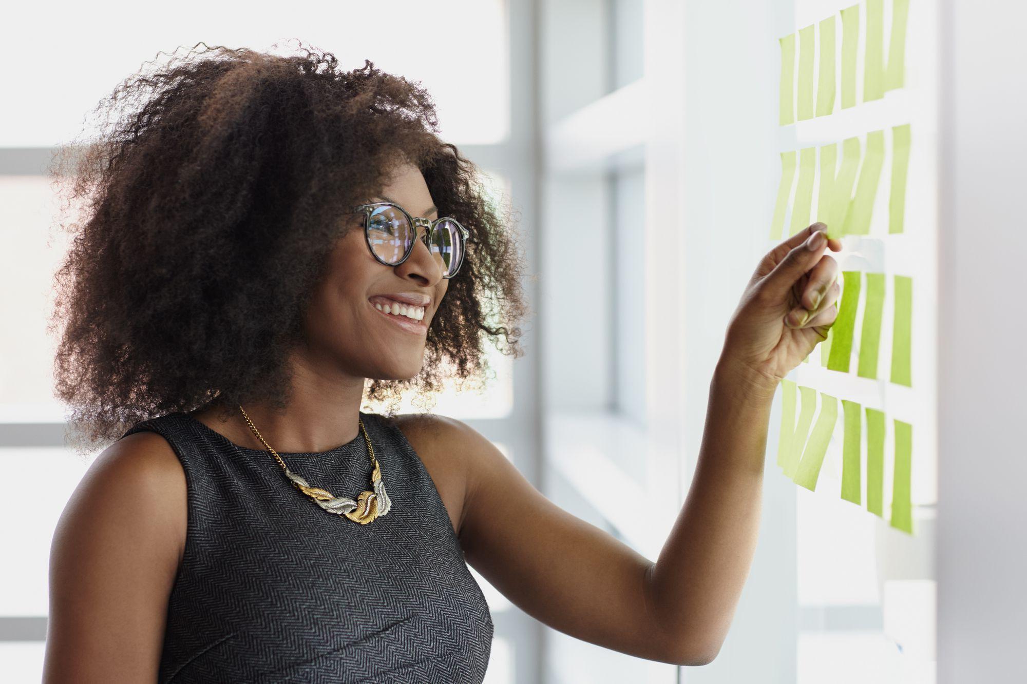 <p><span>A progressão profissional nos sistemas tradicionais prevê que o colaborador, em certo nível hierárquico, opte por se tornar especialista ou ocupar cargos de gestão para continuar crescendo. No entanto, a dinâmica empresarial atual exige profissionais cada vez mais preparados e adaptados às mudanças, que acontecem cada vez mais rapidamente.</span></p><p><span>Nesse sentido, abrir mão de especialistas para que estes ocupem cargos de liderança não é a melhor opção para as empresas. O que fazer para solucionar esse problema? Incentivar a carreira em W! Neste post, explicamos tudo o que você precisa saber sobre esse formato de desenvolvimento profissional. Boa leitura!</span></p><h2><span>O que é carreira em W?</span></h2><p><span>O modelo de carreira em W prevê que os profissionais mantenham funções técnicas ao mesmo tempo em que lideram equipes de colaboradores. Esse conceito é uma alternativa aos formatos em Y e em linha.</span></p><p><span>A grande vantagem da carreira em W é justamente oportunizar um caminho intermediário aos profissionais, que podem se manter especialistas e, ainda assim, ocupar cargos de gestão. Nas outras duas modalidades, a subida hierárquica transforma técnicos em gestores (em linha) ou exige que o profissional escolha ascender como especialista ou como </span><a href=https://noticias.universia.com.br/cultura/noticia/2018/03/23/1159270/lideres-referencias-comecaram-estagiarios.html target=_blank>líder</a><span> (em Y).</span></p><h2><span>Como surgiu a carreira em W?</span></h2><p><span>O modelo em W surgiu ainda na década de 1980, idealizado por Roberto Pierre Rigaud. Esse formato caiu em desuso com o tempo, por causa dos obstáculos para a sua implementação total. Apesar disso, atualmente, as empresas de tecnologia, sobretudo, têm reavivado esse método.</span></p><p><span>De acordo com Rigaud, uma das causas que o levou a desenvolver o formato em W foi ele próprio ter se deparado com a bifurcação de sua </span><a href=https://noticias