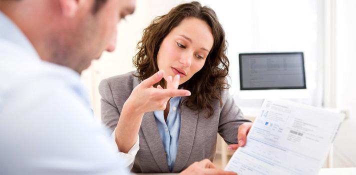 Un asesor laboral asesora y se encarga del aumento de las plantillas de las empresas y de la gestión de las contrataciones laborales