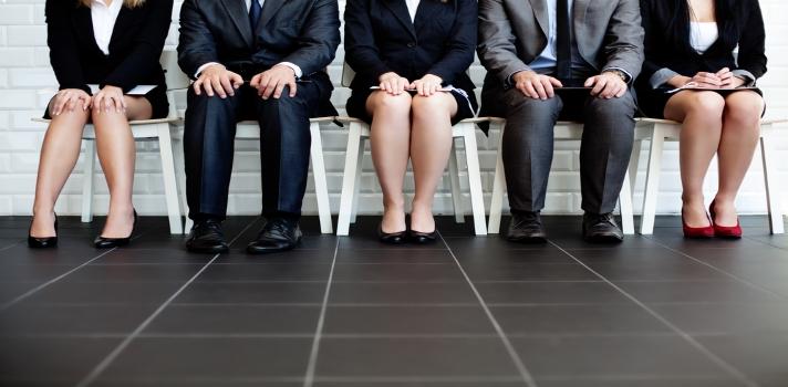 <p>Cuando te encuentras<strong> buscando trabajo</strong>, es posible que pases por varias entrevistas hasta dar con el empleo indicado. En todas ellas será importante que, además de <strong>mostrar tus capacidades y dar cuenta de tu formación</strong>, estés atento a la <strong>información que te brinda el reclutador</strong>, para saber de antemano si coincides con el perfil.<br/><br/></p><p>Conocer las <strong>características de la empresa y del trabajo, las responsabilidades que exigirá y las condiciones en las que trabajarás</strong> es esencial para saber si la vacante a la que postulaste se adecúa a tus necesidades e intereses profesionales.<br/><br/></p><p>El primer encuentro con tu empleador te brindará gran parte de esta información, por lo cual en la entrevista debes estar <strong>atento a todos los datos</strong> que te pueda brindar y también <strong>dispuesto a hacer las preguntas que consideres necesarias</strong> para ayudarte a decidir si ese será tu próximo empleo.</p><p></p><p><strong>¿Cómo saber si aceptas o no una oferta de trabajo?</strong> Aquí van algunas claves para tomar la decisión:<br/><br/><br/></p><p><strong>-Si el reclutador habla mal de la persona que ocupaba el puesto vacante, considéralo.<br/></strong></p><p>Si durante la entrevista el empleador<strong> critica a la persona que reemplazarás</strong>, deberás considerarlo seriamente a la hora de tomar la decisión. Hablar mal de otro trabajador y más en esta instancia es una actitud que denota <strong>poco profesionalismo</strong> y también <strong>pone en cuestionamiento la ética</strong>. Piensa que durante una entrevista de selección el rol del reclutador debe ser únicamente el de evaluar tus aptitudes y mostrarte por qué será bueno que trabajes en su compañía. Por otra parte, esa actitud negativa <strong>dejará al descubierto posibles conflictos</strong> que hablarán de las relaciones laborales dentro de la empresa, y <strong>te sumará la inseguridad</strong> de que si lo ha hecho