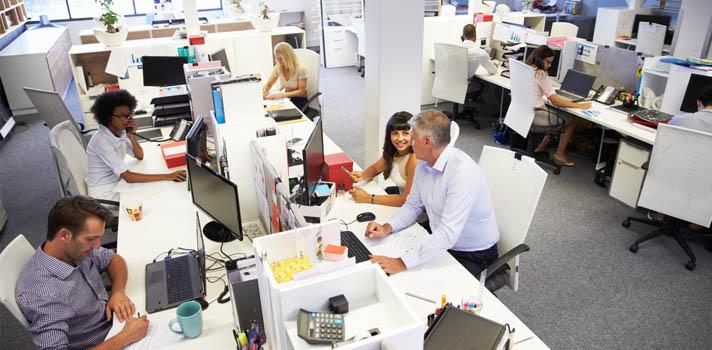 <p>En todas las empresas <strong>hay reglas que ayudan a organizar mejor las tareas y a los profesionales</strong> para poder sacar el trabajo adelante, pero además hay ciertas <strong>normas implícitas de comportamiento </strong>para no causar problemas y mantener el buen ambiente laboral. Aquellos profesionales que son recurrentes en algunos errores y faltas pueden estar cometiendo alguno de los <strong>pecados capitales típicos de la oficina de trabajo</strong>.<br/><br/></p><div class=help-message><h4>¿Buscas trabajo? Registra tu CV en Universia</h4><a href=https://www.universiaempleo.com/ingresarcandidato/ class=enlaces_med_generacion_cv button01 title=Más info target=_blank id=EMPLEO>Más info</a></div><p><br/>Además de que se supone que debemos llegar en hora a nuestro trabajo, respetar a nuestros colegas y jefes y dar lo mejor como profesionales, hay ciertas cosas que debemos evitar para <strong>no entorpecer el relacionamiento laboral</strong>.<br/><br/></p><p>Por más tentador que parezca, hay ciertos vicios en los que no podemos caer en las oficinas de trabajo. Estos vicios o malas costumbres pueden compararse con los <strong>pecados capitales mencionados en las primeras enseñanzas del cristianismo</strong>, que describen algunos comportamientos negativos de los hombres, para que estos puedan identificarlos, evitarlos y <strong>educarse para su desarrollo personal</strong>.<br/><br/></p><h2><strong>7 pecados capitales en la oficina de trabajo<br/><br/></strong></h2><p><strong>1- Lujuria</strong>: acosar a un colega o ser acosado por alguien es una clara muestra de lujuria que debe evitarse y denunciarse en un espacio profesional como la oficina.<br/><br/></p><p>2- <strong>Pereza</strong>: es uno de los pecados más comunes en las oficinas de trabajo. Son muchos los que aparentan trabajar cuando en realidad navegan en redes sociales o simplemente pierden el tiempo en Internet, sin ser conscientes de que perjudican al resto del equipo.<br/><br/></p><p>3- <stro