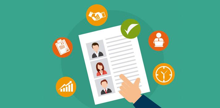 """<p>El <strong>mercado laboral</strong> es cada vez más competitivo y las entrevistas de trabajo son cada vez más exigentes para los profesionales. Con el afán de <strong>asegurarse un puesto de trabajo</strong> los candidatos ponen en práctica <strong>diferentes estrategias para ser elegidos</strong> y una de las más extendidas es la <strong>falsificación o exageración de datos</strong> en el currículum vitae.<br/><br/></p><p>Un currículum debe ser <strong>reflejo de la experiencia profesional, la formación académica y las referencias del candidato</strong>. Este documento debe contener toda la información relevante para la empresa, con el fin de ser elegido para un determinado puesto de trabajo. Este debe ser transparente y sobre todo, único, por lo que hay que preparar el currículum de acuerdo al cargo en el que se postula.<br/><br/></p><p>Mentir en un currículum no es una práctica muy extendida entre los profesionales uruguayos, porque las mentiras tarde o temprano salen a la luz y <strong>las empresas no son ingenuas</strong>: pueden notar cuando una información no es veraz. Sin embargo, <strong>una costumbre bastante extendida es la exageración de algunos datos</strong>, con el fin de generar una mejor impresión en los reclutadores.<br/><br/></p><p><strong>El mercado laboral uruguayo es pequeño</strong>, por tanto, si alguien miente esto se sabe con facilidad entre las empresas. De igual manera, esto no quita que los uruguayos no tiendan a exagerar en su currículum.<br/><br/></p><p>De acuerdo a las declaraciones que el director de Advice, <strong>Federico Muttoni</strong>, dio a El País, las <strong>exageraciones en el currículum</strong> pueden verse en los niveles de idiomas, las referencias, los motivos de desvinculación y en los conocimientos técnicos.<br/><br/></p><p>Los uruguayos suelen """"dibujar"""" <strong>las verdaderas razones por las cuales dejaron de trabajar en una empresa</strong>, para que estas no sean un impedimento para conseguir el nuevo empleo. """