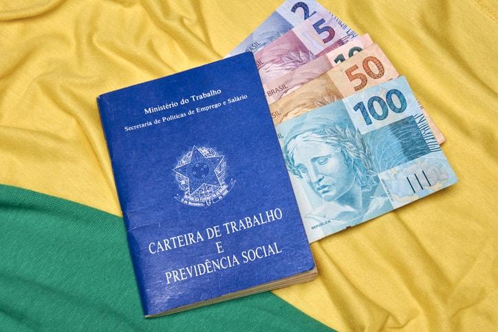 O desemprego tem apresentado quedas tímidas nos últimos anos, enquanto a informalidade continua crescendo no Brasil.
