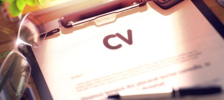 """Currículos são uma ou duas páginas que resumem a sua educação, habilidades e experiência profissional. Eles têm de 200 a 300 palavras e oferecem um vislumbre nas suas qualificações e interesses. Empregadores devem fazer decisões difíceis e com consequências a longo prazo baseando-se apenas nessas poucas informações. <p></p><br/> Para você, isso significa que <strong><a href=https://noticias.universia.com.br/carreira/noticia/2015/12/22/1134941/elaborar-bom-curriculo.html title=Como elaborar um bom currículo>cada palavra importa</a></strong>. Cada pequeno erro pode significa a sua desclassificação, então saber identificar os erros mais comuns é um grande passo na direção certa. Leia a seguir quais são esses erros e como contorna-los. <p></p><br/><span style=color: #333333;><strong>Leia também:</strong></span><br/><a href=https://noticias.universia.com.br/tag/notícias-sobre-carreira/ title=notícias sobre carreira>» <strong>Todas as notícias sobre carreira</strong></a><br/><a href=https://noticias.universia.com.br/educacao/noticia/2016/08/12/1142705/let-s-talk-5-dicas-preparar-curriculo-ingles.html title=Let's Talk: 5 dicas para preparar um currículo em inglês>» <strong>Let's Talk: 5 dicas para preparar um currículo em inglês</strong></a><p></p><br/><strong>1. Nada especifico</strong><br/> Imagine que um trabalho exija alguém com <strong><a href=https://noticias.universia.com.br/emprego/noticia/2016/09/16/1143690/habilidades-academicas-todo-mundo-deve-sair-faculdade.html title=As habilidades não acadêmicas que todo mundo deve ter ao sair da faculdade>ótimas habilidades de comunicação</a></strong>. Então você, que tem essas habilidades, coloca no seu currículo """"ótimas habilidades de comunicação"""". Pode parecer que esse é um bom jeito de responder as necessidades do contratante, mas não é. Esse é o clichê que está escrito no currículo de todos os seus concorrentes. <p></p><p><br/> Mesmo as tarefas que você fez no passado devem ser especificas. Se o emprego é para uma empre"""