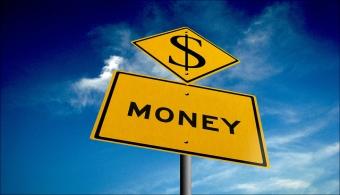 <p style=text-align: justify;>Si en tus años de universidad recibías una beca o trabajabas para costear tus estudios, probablemente tengas <strong>nociones acerca de cómo administrar el dinero de forma adecuada</strong>. Cosa que tal vez no suceda si durante todo este período viviste en casa de tus padres. Bajo esta última circunstancia la<strong> sacudida financiera</strong> una vez egresas puede ser enorme.</p><p style=text-align: justify;></p><p><strong>Lee también</strong><br/><a style=color: #ff0000; text-decoration: none; title=8 aplicaciones para ahorrar href=https://noticias.universia.com.ar/actualidad/noticia/2014/11/17/1115129/8-aplicaciones-ahorrar.html>» <strong>8 aplicaciones para ahorrar</strong></a><br/><a style=color: #ff0000; text-decoration: none; title=10 consejos para ahorrar dinero cuando es difícil llegar a fin de mes href=https://noticias.universia.com.ar/movilidad-academica/noticia/2013/08/23/1044543/10-consejos-ahorrar-dinero-es-dificil-llegar-fin-mes.html>» <strong>10 consejos para ahorrar dinero cuando es difícil llegar a fin de mes</strong></a><br/><a style=color: #ff0000; text-decoration: none; title=¿Qué carreras aseguran un buen futuro económico? href=https://noticias.universia.com.ar/movilidad-academica/noticia/2013/10/21/1057252/que-carreras-aseguran-buen-futuro-economico.html>» <strong>¿Qué carreras aseguran un buen futuro económico?</strong></a></p><p style=text-align: justify;><br/>La buena noticia es que como recién graduado, <strong>en la universidad cultivaste una serie de habilidades que pueden servirte para administrar tu dinero</strong>. Estos son 7 hábitos universitarios que debes poner en práctica para convertirte en un adulto financieramente más responsable. ¿Estás listo?</p><p style=text-align: justify;></p><h4>>> Buscar las mejores ofertas para comer</h4><p style=text-align: justify;><br/>Seguro en la universidad te volviste especialista en <strong>encontrar lugares baratos para comer</strong>, así como locales de descu