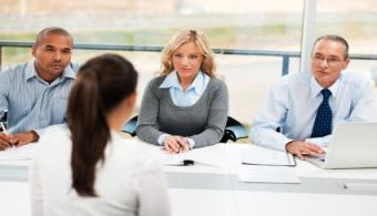 <p style=text-align: justify;>Sabemos que la <strong>búsqueda de empleo</strong> puede ser un proceso difícil y frustrante. Para estar mejor preparado antes de presentarte a tu próxima entrevista, ten en cuenta las 7 razones más comunes por las que las empresas eligen a una persona y no a otra a la hora de buscar personal:</p><p style=text-align: justify;></p><p style=text-align: justify;><strong>Lee también</strong><br/><a style=color: #ff0000; text-decoration: none; title=5 plataformas para buscar empleo por Internet href=https://noticias.universia.net.co/en-portada/noticia/2013/10/23/1058072/5-plataformas-buscar-empleo-internet.html>» <strong>5 plataformas para buscar empleo por Internet</strong></a> <br/><a style=color: #ff0000; text-decoration: none; title=4 href=https://noticias.universia.net.co/empleo/noticia/2014/04/16/1094952/4-consejos-utiles-buscar-empleo.html>» <strong>4 consejos útiles para buscar empleo</strong></a><br/><a style=color: #ff0000; text-decoration: none; title=3 claves fundamentales para buscar trabajo en las redes sociales href=https://noticias.universia.net.co/empleo/noticia/2015/01/05/1117787/3-claves-fundamentales-buscar-trabajo-redes-sociales.html>» <strong>3 claves fundamentales para buscar trabajo en las redes sociales</strong></a></p><p style=text-align: justify;></p><p style=text-align: justify;></p><p style=text-align: justify;><strong>1. Una buena hoja de vida</strong></p><p style=text-align: justify;></p><p style=text-align: justify;>A veces un aspirante puede ser contratado en base a <strong><a title=Más noticias sobre hojas de vida href=https://noticias.universia.net.co/tag/consejos-para-armar-tu-hoja-de-vida/>una hoja de vida extraordinaria</a></strong>. Esta será la<strong> primera impresión que tendrán los empleadores de ti</strong>, por lo que solo tienes una oportunidad para que sea un éxito. Escoge un diseño que concuerde con el rubro en que deseas trabajar. Mira ejemplos de otras hojas de vida, asegúrate de que gente d