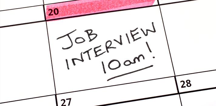 """<p>Después de que te llamen para concretar una entrevista laboral, es recomendable que <strong>tengas en mente las respuestas que ofrecerás</strong> ante las preguntas de los reclutadores de personal. De esta manera, <strong>obtendrás el máximo provecho y virarás la dirección de la entrevista a tu favor</strong> para conseguir el trabajo. Practica con nuestra <a href=https://noticias.universia.net.co/tag/serie-preguntas-entrevistas-de-trabajo/ target=_blank>serie preguntas de entrevistas de trabajo</a>y ve preparado la próxima vez que debas afrontar una instancia como esta.</p><blockquote style=text-align: center;>Registra tu hoja de vida <a href=https://empleos.universia.net.co/buscoempleo/ class=enlaces_med_generacion_cv title=Portal de empleo Universia Colombia target=_blank id=EMPLEO> aquí</a>y postúlate a las ofertas de empleo y prácticas profesionales</blockquote><p>Entre las situaciones que pueden surgir en una entrevista laboral, es factible que los reclutadores de personal pregunten <strong>cuál fue tu trabajo más aburrido</strong> y soliciten una descripción del mismo. Así lo exponen los autores del libro """"How to Answer The 64 Toughest Interview Questions"""" dedicado a personas que están buscando trabajo.</p><p>En este caso es aconsejable que <strong>dirijas tu respuesta hacia la actitud positiva</strong> que tienes cuando el trabajo se torna un tanto tedioso. Nunca afirmes que alguno de tus empleos anteriores era aburrido porque los entrevistadores te asociarán a él.</p><p>La respuesta más acertada es que <strong>pones toda tu energía para que las tareas no caigan en la rutina</strong>, de forma que no has experimentado el aburrimiento aunque e<strong>n ocasiones sufriste de cansancio porque te esmeras constantemente </strong>para dar lo mejor de ti.</p><p>Agrega que en cada empresa <strong>existen retos emocionantes y problemas para resolver creativamente</strong>, constituyendo un incentivo que mantiene tu entusiasmo. Transmitirás la impresión de <strong>"""
