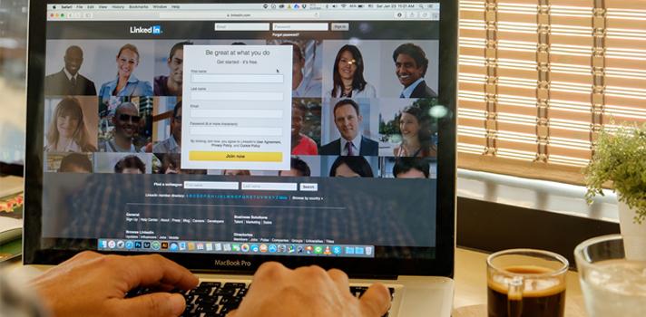 <p>LinkedIn es una red propicia para establecer conexiones profesionales, entablar nuevas relaciones comerciales, conseguir un empleo e incluso generar autoridad en tu ámbito. Sin embargo, existen <strong>errores frecuentes en los usuarios de LinkedIn</strong> que impiden crear estas conexiones, mantenerlas y hasta encontrar la página porque quedó mal posicionada en los motores de búsqueda. ¡Aprende a eliminarlos!<br/><br/><br/></p><p><strong><span>1. Escasa claridad en la definición de una audiencia</span></strong></p><p><span>Resulta imprescindible que <strong>delimites las personas y empresas con las que deseas vincularte</strong> para tener en mente qué tipo de perfil acaparará su atención. El público al que puntas <strong>determina no solo la construcción de tu perfil, sino el idioma</strong> o hasta debilidades que pueden subsanar en conjunto.<br/><br/><br/></span></p><p><strong><span>2. No poseer tu propia URL </span></strong></p><p><span>Personalizando tu URL facilitarás que las personas te mencionen poniendo un enlace a tu perfil en LinkedIn. Lo primero que debes hacer es <strong>modificar el enlace en la flecha de edición</strong>, teniendo en cuenta que si tu nombre es frecuente la dirección ya estará utilizada. </span></p><p><span>En este caso, <strong>agrega tu segundo nombre o pon la inicial entre tu nombre de pila y el apellido</strong> para intentar alternativas que sean sencillas de vincular.<br/><br/><br/><br/></span><strong>3.</strong> <strong>Utilizar un titular poco llamativo</strong></p><p><span>El encabezado debe ser valioso para incentivar el ingreso a tu perfil, de modo que no solo el título universitario o la carrera que estás cursando deberá resaltar, sino también una <strong>breve descripción de tus aspiraciones o experiencia</strong>. Por ejemplo, es preferible definirse como un <strong>publicista de la universidad tal que busca oportunidades en determinado sector</strong>, a simplemente un publicista.</span></p><p><span>Si no mencionas 