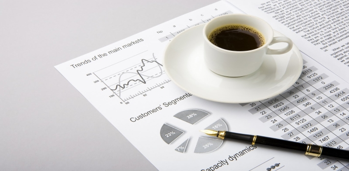 <p>Un estudio científico publicado en <a title=Coffee Intake, Recurrence, and Mortality in Stage III Colon Cancer href=https://jco.ascopubs.org/content/early/2015/08/11/JCO.2015.61.5062.abstract target=_blank rel=me nofollow>Journal of Clinical Oncology</a> asegura que el <strong>consumo diario de café reduce la recurrencia del cáncer de colon</strong> y aumenta las posibilidades de curación.</p><p></p><p><span style=color: #ff0000;><strong>Lee también</strong></span><br/><a style=color: #666565; text-decoration: none; title=Investigadora argentina diseña un test para pacientes con cáncer poco frecuente href=https://noticias.universia.com.ar/cultura/noticia/2015/05/06/1124521/investigadora-argentina-disena-test-pacientes-cancer-frecuente.html target=_blank>» <strong>Investigadora argentina diseña un test para pacientes con cáncer poco frecuente </strong></a><br/><a style=color: #666565; text-decoration: none; title=Hábitos alimentarios que promueven el desarrollo del cáncera href=https://noticias.universia.com.ar/cultura/noticia/2015/04/10/1122970/habitos-alimentarios-promueven-desarrollo-cancer.html target=_blank>» <strong>Hábitos alimentarios que promueven el desarrollo del cáncer</strong></a><br/><a style=color: #666565; text-decoration: none; title=¿Qué pasará con el cáncer en 2050? href=https://noticias.universia.com.ar/ciencia-nn-tt/noticia/2015/01/20/1118528/pasara-cancer-2050.html target=_blank>» <strong>¿Qué pasará con el cáncer en 2050?</strong></a></p><p></p><p>Según indica la publicación, los resultados más positivos se registraron entre los pacientes que bebieron <strong>cuatro o más tazas de café</strong> diarias, quienes redujeron las<strong> posibilidades de recurrencia de la enfermedad al 42%</strong>.</p><p>No es la primera vez que se demuestran los efectos positivos del café sobre esta enfermedad. <strong>Anteriormente se demostró que esta bebida puede tener efectos protectores contra el desarrollo de varios tipos de cáncer</strong>, como el de cá