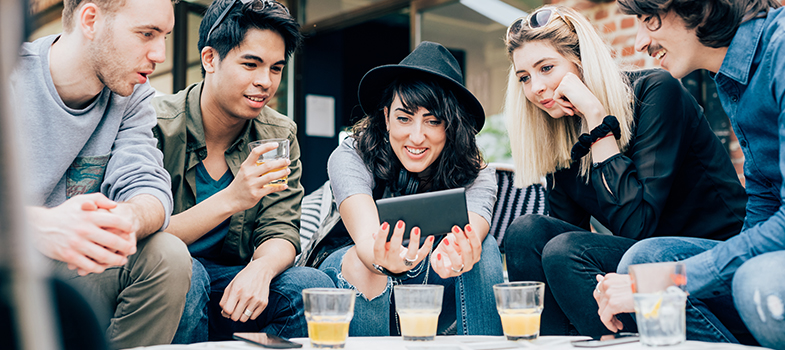 A <strong>comunidade de trabalho Universia – Trabalhando.com</strong> realizou uma <strong>sondagem a 6.097 jovens da geração Y</strong>, também conhecidos como millennials, que opinaram sobre o <strong>mercado de trabalho, os seus desejos e preferências profissionais</strong>. Entre os entrevistados, 54% eram do sexo feminino e 46% do sexo masculino.<br/><br/><p><span style=color: #333333;><strong>Leia também:</strong></span><br/><a href=https://noticias.universia.pt/emprego/noticia/2016/08/01/1142308/comissao-europeia-abre-650-vagas-estagio-remunerado.html title=Comissão Europeia abre 650 vagas para estágio remunerado>» <strong>Comissão Europeia abre 650 vagas para estágio remunerado</strong></a><br/><a href=https://noticias.universia.pt/emprego/noticia/2016/07/22/1142070/perceber-caminho-sucesso.html title=Como perceber se está no caminho para o sucesso>» <strong>Como perceber se está no caminho para o sucesso</strong></a><br/><a href=https://noticias.universia.pt/emprego/noticia/2016/07/18/1141919/3-dicas-conseguir-emprego-sonhos.html title=3 dicas para conseguir o emprego dos seus sonhos>» <strong>3 dicas para conseguir o emprego dos seus sonhos<br/><br/></strong></a></p><p>Segundo o estudo, que contou com participantes dos países ibero-americanos, incluindo Portugal, 76% dos jovens da geração Y deixariam os seus países de origem para embarcar para o estrangeiro <strong>em busca de melhores oportunidades profissionais</strong>.<br/><br/></p><p>Na hora de se candidatar a uma vaga de emprego, o principal ponto ter em conta pelos millennials é a <strong>possibilidade de se desenvolverem profissionalmente</strong> (36%). Em segundo lugar (24%) foi apontada a retribuição económica, como ponto relevante perante uma oportunidade profissional. Na sequência, foram ainda citados como fatores relevantes na escolha da vaga a concorrer a empresa (17%), a flexibilidade de horários (8%), a localização (7%) e o tipo de contrato oferecido (7%).<br/><br/></p><p>Depois de contrat