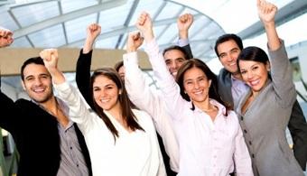 <p style=text-align: justify;>El Gobierno Nacional invertirá trescientos mil millones en una alianza con el sector empresarial para que 40.000 bachilleres y recién egresados universitarios, que se vinculan por primera vez al mundo laboral, puedan trabajar sus primeros seis meses pagados por el Gobierno. Al finalizar los mismos, <strong>la empresa debe comprometerse a retener al 60% de esos jóvenes.</strong></p><p style=text-align: justify;></p><p><strong>Lee también</strong><br/><a style=color: #ff0000; text-decoration: none; title=La importancia del primer empleo como profesional href=https://noticias.universia.net.co/en-portada/noticia/2013/09/06/1047785/importancia-primer-empleo-como-profesional.html>» <strong>La importancia del primer empleo como profesional</strong></a><br/><a style=color: #ff0000; text-decoration: none; title=5 consejos para destacarte en tu primer empleo href=https://noticias.universia.net.co/en-portada/noticia/2013/10/17/1056795/5-consejos-destacarte-primer-empleo.html>» <strong>5 consejos para destacarte en tu primer empleo</strong></a><br/><a style=color: #ff0000; text-decoration: none; title=Primer empleo: ¿cuáles son los errores más frecuentes y cómo pueden evitarse? href=https://noticias.universia.net.co/empleo/noticia/2014/08/11/1109437/primer-empleo-cuales-errores-frecuentes-como-pueden-evitarse.html>» <strong>Primer empleo: ¿cuáles son los errores más frecuentes y cómo pueden evitarse? </strong></a></p><p style=text-align: justify;><br/><br/>Así lo anuncio el presidente Santos durante la posesión del Viceministro de Empleo y Pensiones, Luis Ernesto Gómez.</p><p style=text-align: justify;><br/><br/>El Gobierno Nacional anunció que serán <strong>40.000 los jóvenes, de entre 18 y 28 años de edad</strong>, que apoyará para que tengan su primer empleo. Convocó además a los empresarios del país para que creen las vacantes respectivas a fin de dar comienzo al programa.</p><p style=text-align: justify;><br/><br/>El programa 40 mil primeros e