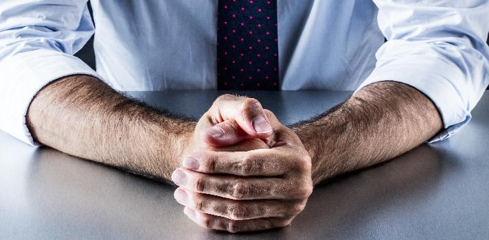 Intenta mantener una postura derecha pero relajada y que demuestre que prestas atención