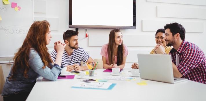 A tendência é para escritórios abertos, e isto criou uma procura crescente por pequenos espaços de reunião