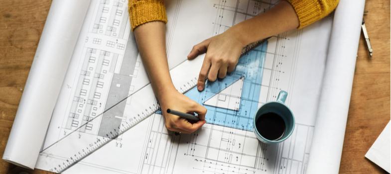 O arquiteto trabalha com a elaboração de plantas para o desenvolvimento de obras