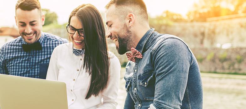 A comunidade de trabalho <strong>Universia – Trabalhando.com</strong> realizou uma pesquisa com 6.097 jovens da geração Y, também conhecidos como millennials, que opinaram sobre <strong>mercado de trabalho, seus desejos e preferências profissionais</strong>. Entre os entrevistados, 54% eram do sexo feminino e 46% do sexo masculino. <blockquote style=text-align: center;>Grátis: cadastre <span style=text-decoration: underline;><a href=https://www.universiaemprego.com.br/ class=enlaces_med_generacion_cv title=Grátis: cadastre aqui seu CV e veja vagas target=_blank id=EMPLEO>aqui</a></span> seu CV e veja vagas</blockquote><p><span style=color: #333333;><strong>Você pode ler também:</strong></span><br/><a href=https://noticias.universia.com.br/emprego/noticia/2016/07/27/1142221/55-estudantes-ibero-americanos-cursam-carreiras-tecnologia-ciencias-diz-pesquisa.html title=55% dos estudantes ibero-americanos cursam carreiras em tecnologia e ciências, diz pesquisa>» <strong>55% dos estudantes ibero-americanos cursam carreiras em tecnologia e ciências, diz pesquisa</strong></a><br/><a href=https://noticias.universia.com.br/emprego/noticia/2016/07/08/1141688/dica-carreira-4-coisas-nunca-deve-falar-chefe.html title=Dica de Carreira: 4 coisas que você nunca deve falar ao seu chefe>» <strong>Dica de Carreira: 4 coisas que você nunca deve falar ao seu chefe</strong></a><br/><a href=https://noticias.universia.com.br/emprego title=Todas as notícias de Emprego>» <strong>Todas as notícias de Emprego<br/><br/></strong></a></p><p>Segundo o estudo, que contou com participantes dos países da Ibero-América, incluindo o Brasil, 76% dos <strong>jovens da geração Y</strong> deixaram seus países para embarcar para o exterior em <strong>busca de melhores oportunidades profissionais</strong>.<br/><br/></p><p>Na hora de se candidatar a uma vaga de emprego, o principal ponto levado em conta pelos millennials é a <strong>possibilidade de se desenvolver profissionalmente (36%)</strong>. Em segundo lug