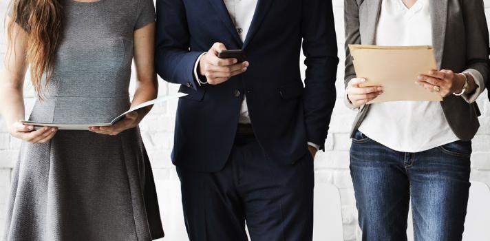 Hoje em dia, sejam homens ou mulheres, todos enfrentam a difícil decisão de como se vestirem para irem trabalhar.