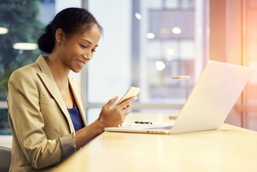 <p><span>Porém, não se deve sair adicionando suas informações em qualquer site, anunciando suas habilidades em todos os fóruns, enviando e-mail aleatórios para as empresas ou clicando em qualquer link, pois isso trará mais problemas do que benefícios.</span></p><p><span>Pensando em ajudá-lo, decidimos listar 7 passos para que você consiga utilizar a internet de maneira adequada na busca por uma nova oportunidade de emprego. Confira:</span></p><h2><span>1. Elabore um currículo eficiente e o mantenha sempre atualizado</span></h2><p><span>O primeiro passo é focar em seu currículo. Elabore um<span></span></span><a href=https://noticias.universia.com.br/destaque/noticia/2017/07/21/1154506/importante-colocar-objetivo-profissional-curriculo.html><span>currículo objetivo</span></a><span>, com informações curtas, claras e<span></span></span><a href=https://noticias.universia.com.br/destaque/noticia/2017/07/12/1154251/minta-curriculo-recrutadores-conseguem-perceber.html><span>sinceras</span></a><span>. Algo que as equipes de recrutamento desejam é analisar cada currículo o mais rápido possível, visando agilizar o processo. Se você coloca informações demais ou difíceis de entender, suas chances de ser convocado para a entrevista diminuem.</span></p><p><span>Ademais, manter o currículo sempre atualizado é essencial para ter êxito na conquista de uma vaga. Se o seu currículo estiver desatualizado, seu esforço não trará bons resultados, pois o mais importante não foi bem trabalhado.</span></p><h2><span>2. Construa um portfólio online para demonstrar suas habilidades</span></h2><p><span>Ainda que você tenha um bom currículo, ele transmite apenas informações. É necessário demonstrar ao empregador que, de fato, você tem a habilidade necessária. Se você desenvolveu alguma atividade relacionada às oportunidades que busca, já é um sinal positivo.</span></p><p><span>Um bom portfólio pode conter atividades extracurriculares, estágios, trabalhos voluntários, artigos desenvolvidos, entre o