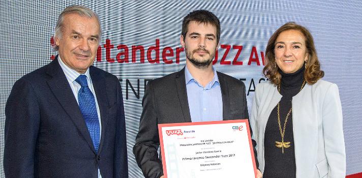 Primer premio Santander YUZZ: Rodrigo Echenique y Carmen Vela entregan el primer premio a Javier Martínez García por su proyecto Odissey Robotics
