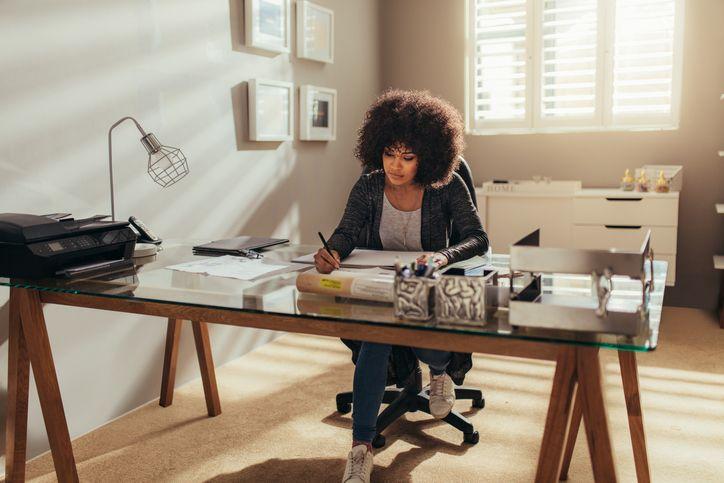 Poupar custos e flexibilizar os horários se tornam vantagens na hora de trabalhar em casa.