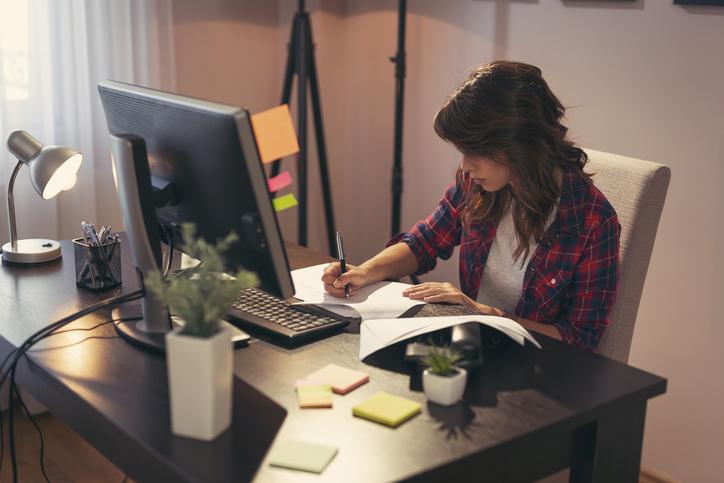 Trabalho remoto é uma prática adotada por muitas empresas na qual se oferece a possibilidade ao empregado da realização de suas atividades laborais à distância, fora das dependências da empresa.