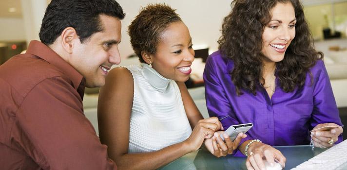 """<p>Ser un vendedor competente involucra más cualidades que las que te podrías imaginar. Por más que se suele creer que esta cualidad equivale a """"saber persuadir a toda costa"""" o ser una persona extrovertida y confiada, ser un buen profesional en ventas requiere <strong>poseer las habilidades de comunicación y la credibilidad necesarias</strong> para que el negocio llegue a buen término. A continuación, te acercamos opiniones de distintos expertos que te ayudarán a convertirte en uno.</p><p></p><p><span style=color: #ff0000;><strong>Lee también</strong></span><br/><a style=color: #666565; text-decoration: none; title=Entrevista de trabajo: 10 consejos para impresionar al reclutador en menos de 30 segundos href=https://noticias.universia.net.co/consejos-profesionales/noticia/2015/06/25/1127263/entrevista-trabajo-10-consejos-impresionar-reclutador-menos-30-segundos.html>» <strong>Entrevista de trabajo: 10 consejos para impresionar al reclutador en menos de 30 segundos</strong></a><br/><a style=color: #666565; text-decoration: none; title=LinkedIn: Qué hacer y qué no en esta red social href=https://noticias.universia.net.co/consejos-profesionales/noticia/2015/05/04/1124376/linkedin-hacer-red-social.html>» <strong>LinkedIn: Qué hacer y qué no en esta red social</strong></a></p><p></p><p>Erika Andersen, columnista de la revista <span style=text-decoration: underline;><a href=https://www.forbes.com/ rel=nofollow>Forbes</a></span>y experta en liderazgo, plantea que <strong>para fortalecer las habilidades como vendedor no es necesario ser una persona extrovertida</strong>, sino poder alternar entre una conducta extrovertida e introvertida según las necesidades y la personalidad del cliente. Esto se debe a que algunas personas responden mejor a uno u otro tipo de acercamiento por parte del vendedor.</p><blockquote style=text-align: center;>Los mejores vendedores no son extrovertidos ni introvertidos, sino una combinación de ambos</blockquote><p>Para lograr este balance y deter"""