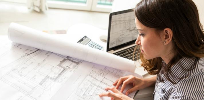 Arquitecta trabajando desde casa