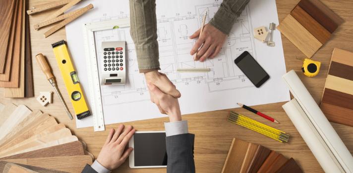 Arquitecto y cliente firmando acuerdo