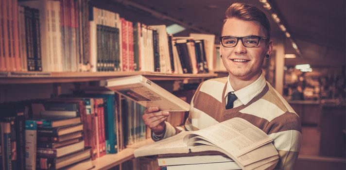 Bibliotecario clasificando libros
