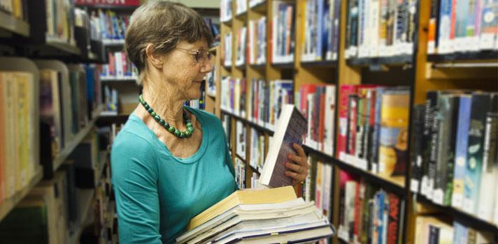 Bibliotecaria clasificando libros