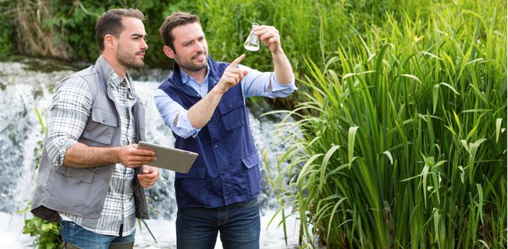 Biólogos tomando muestras de agua para su posterior análisis