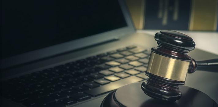 Ciberabogado - mazo y ordenador: elementos vinculados con su profesión