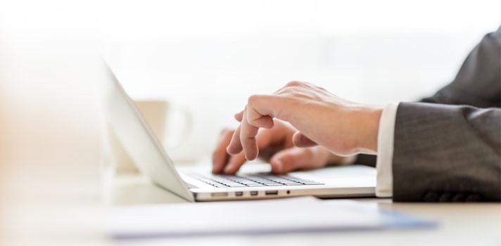 Ciberabogado trabajando con su ordenador