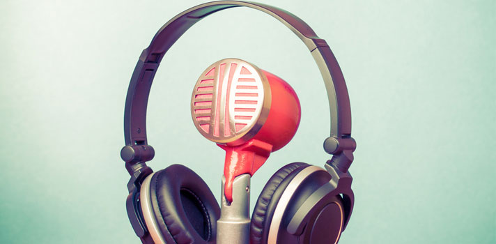 Comentarista de radio y televisión - Auriculares y micrófonos: elementos utilizados en su labor