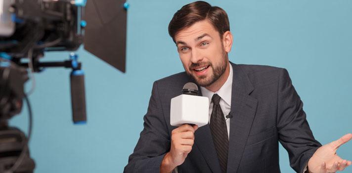 Un presentador destaca por su capacidad de comunicar y atraer la atención del público