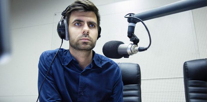 Comentarista de radio y televisión comentando en radio