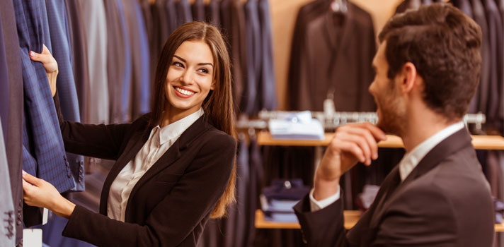 Mujer vendiendo indumentaria masculina