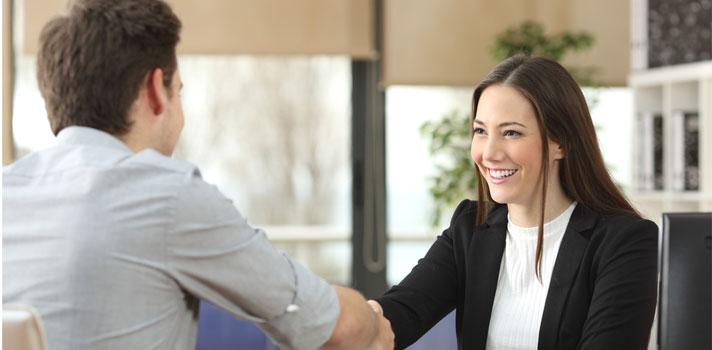 Mujer concretando una venta con un cliente