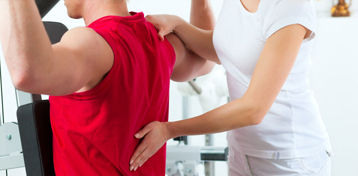 Paciente realizando ejercicios físicos con su fisioterapeuta