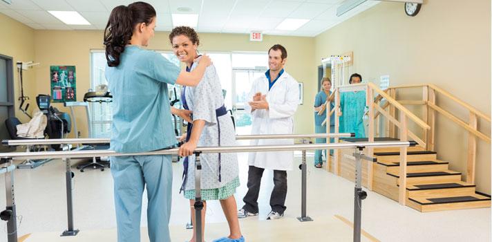 Fisioterapeutas rehabilitando a una paciente