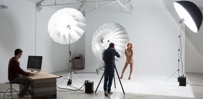 Fotógrafo en una sesión fotográfica con una modelo