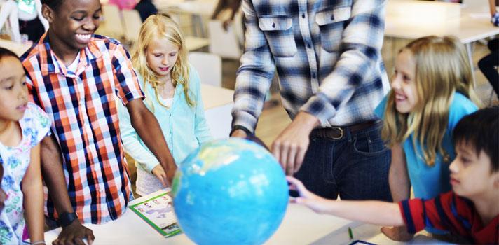 Niños tomando una clase de geografía