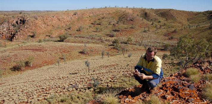 Geólogo examinando formaciones de hierro