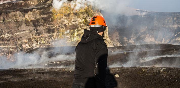Geólogo en un cráter de un volcán en actividad