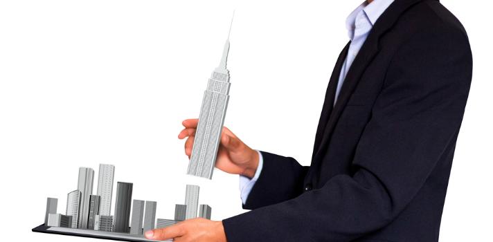 Hombre de negocios con un modelo de construcción